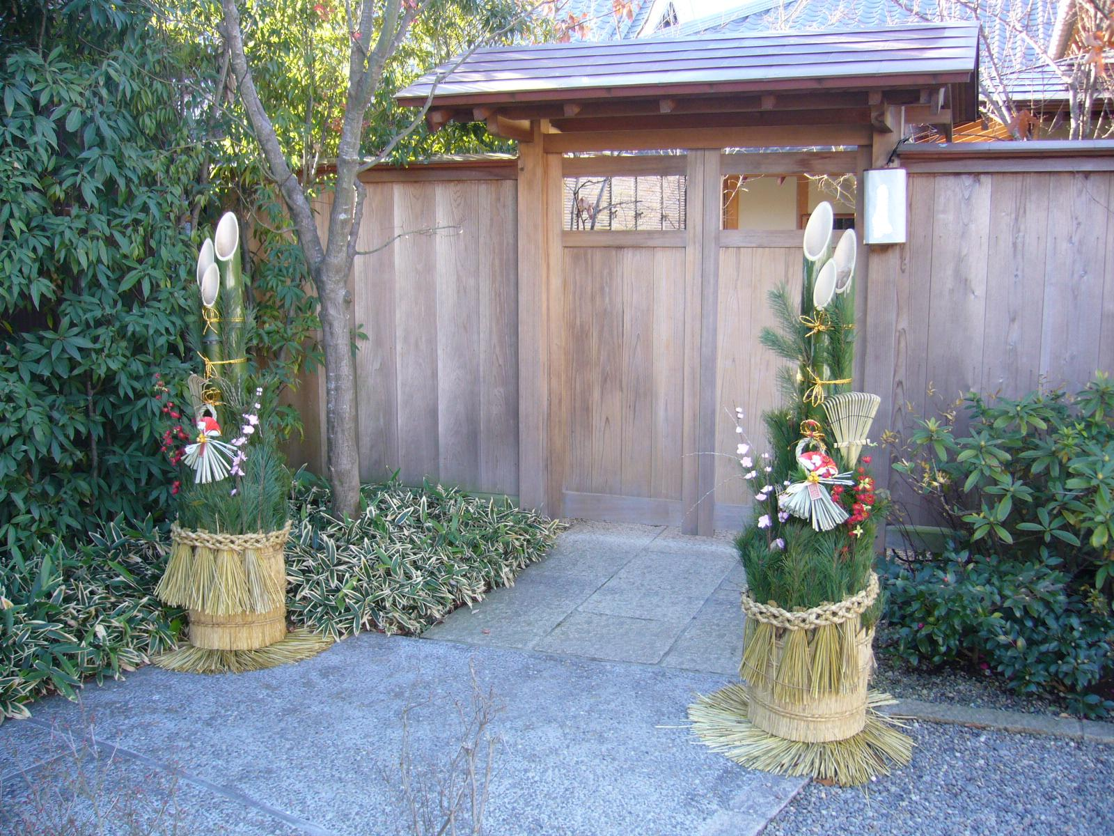 Pair_gate_with_pine_branches_for_the_New_Year,kadomatsu,katori-city,japan